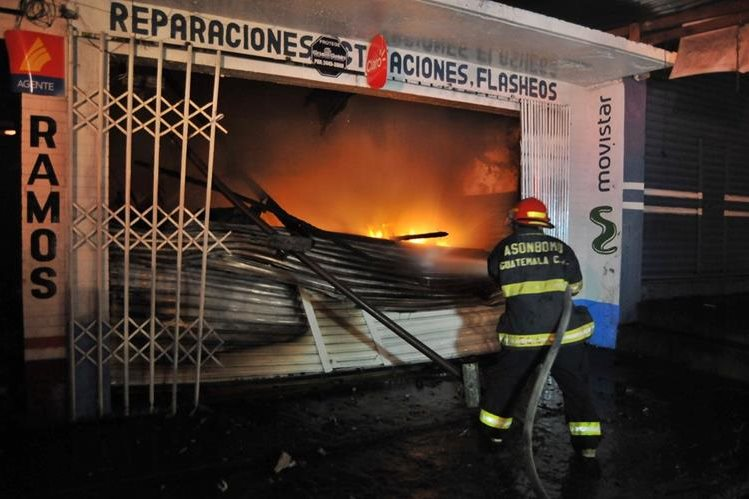 Bomberos Municpales trabajan para apagar las llamas del incendio. (Foto Prensa Libre: Alexander Coyoy)