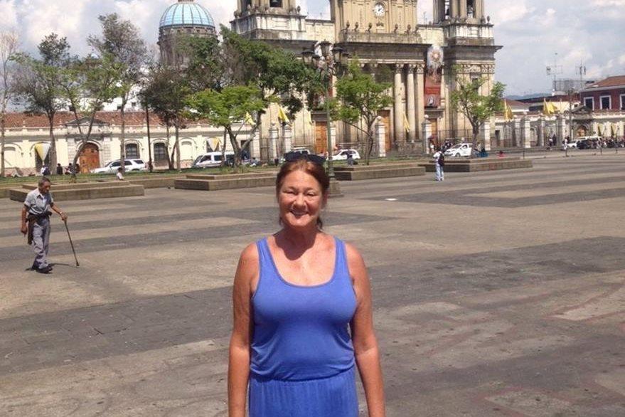 Margie se sorpendió de la belleza que rodea a la Plaza de la Constitución. (Foto Prensa Libre: Peter Benziger)