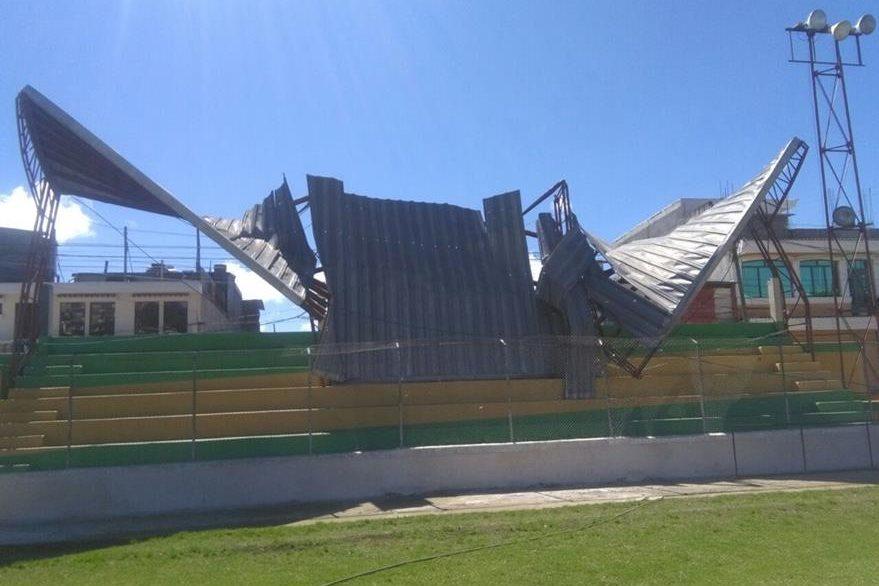 El fuerte viento causó daños en el techo del estadio municipal de Sololá. (Foto Prensa Libre: Ángel Julajuj).