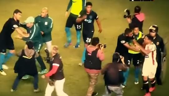 Los jugadores de Alianza Lima y Universitario de Deportes protagonizaron una pelea en el clásico peruano. (Foto Prensa Libre: Internet)