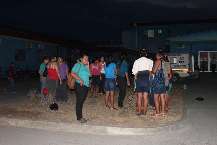 Maestros afuera del Hospital Regional de San Benito, Petén. (Prensa Libre: Manuel Romero)