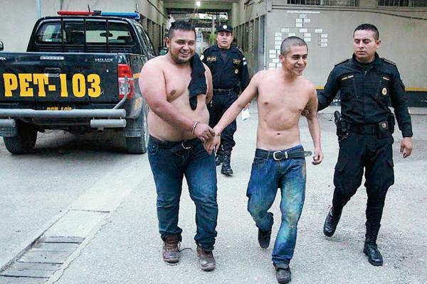 Los capturados  fueron llevados a la comisaría 62 de San Benito, Petén. (Foto Prensa Libre: Rigoberto Escobar)