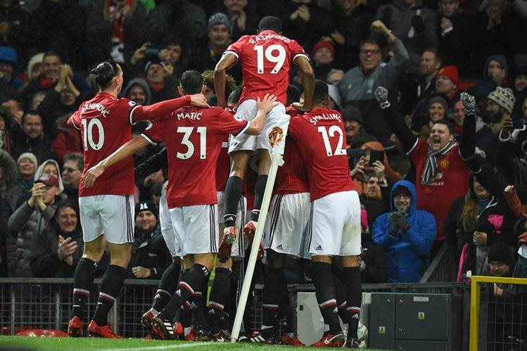 Los jugadores del Manchester United festejan luego del único gol frente al Brighton. (Foto Prensa Libre: AFP)