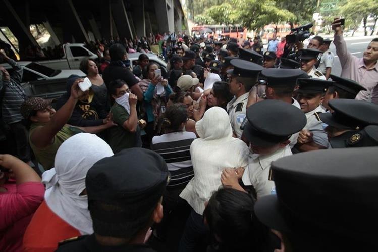 Los manifestantes portan pancartas y exigen a la Cicig lo nombres de los empresarios que evaden impuestos. (Foto Prensa Libre: Érick Ávila)