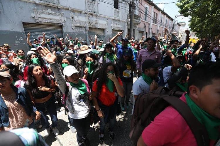 Estudiantes de la facultad de Agronomía permanecieron afuera del Congreso hasta horas de la tarde.