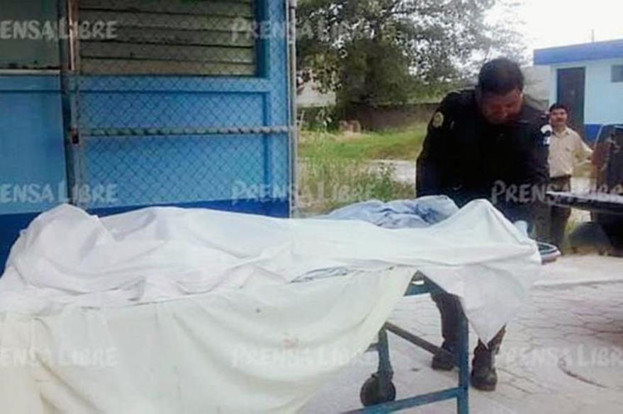 Autoridades trasladan el cadáver de Brenda Morales Leiva a la morgue de la ciudad de Huehuetenango. (Foto Prensa Libre: Hemeroteca PL).