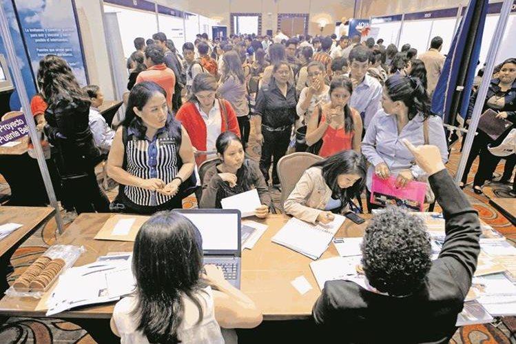 Miles de guatemaltecos acuden a las ferias de empleo en busca de ocupar una plaza.