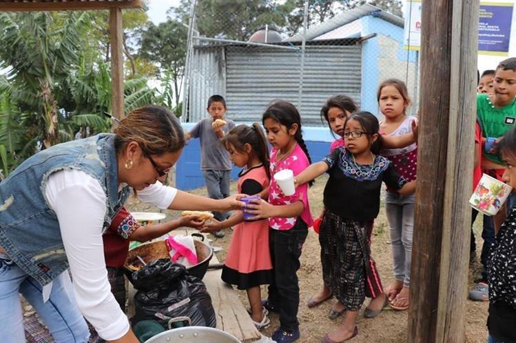 Durande años, la calidad de la refacción escolar ha sido un tema sensible para el Ministerio de Educación. (Foto Prensa Libre: Héctor Cordero)