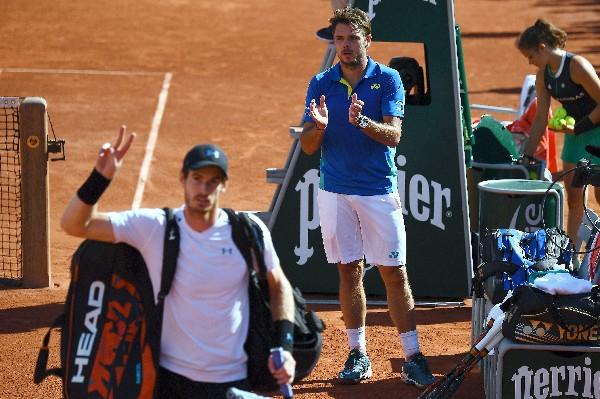 Stanislas Wawrinka aplaude a Andy Murray, quien dijo adiós a Roland Garros. (Foto Prensa Libre: AFP).