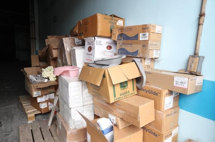 En la salida del área de calderas se encuentra material que ha sido donado al hospital y que está en el abandono, denunciaron integrantes del sindicato del hospital.