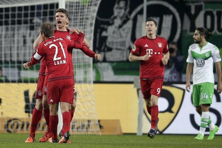 Thomas Müller festeja uno de los goles del triunfo del Bayern Munich en la Copa alemana. (Foto Prensa Libre: AP).