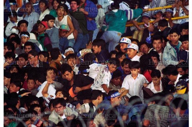 Cientos de aficionados se abalanzaron sobre la puerta del sector general sur. Esto provocó que se atropellara a los aficionados que estaban sentados en los graderíos, quienes murieron por asfixia o golpes al pasarles encima. (Foto: Hemeroteca PL)