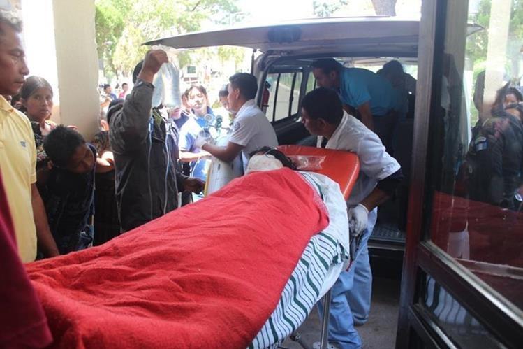 Heridos fueron llevados al Hospital Nacional de Sololá, pero uno fue referida al Hospital Nacional San Juan de Dios. (Foto Prensa Libre: Édgar René Sáenz)