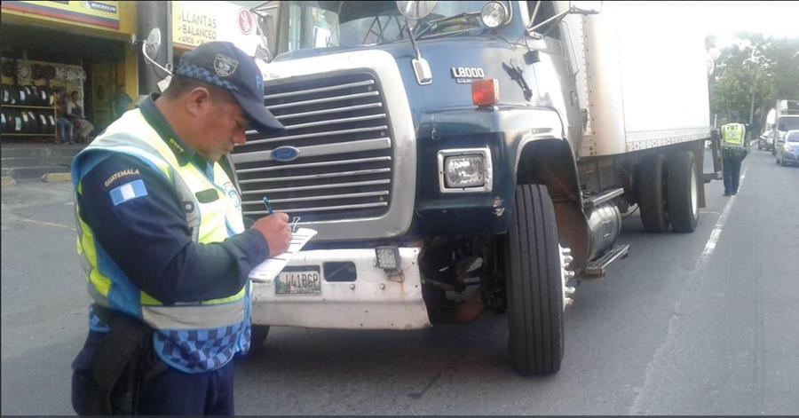Varios pilotos de transporte pesado fueron multados por circular en horarios restringidos. (Foto Prensa Libre: Cortesía PMT de Villa Nueva)