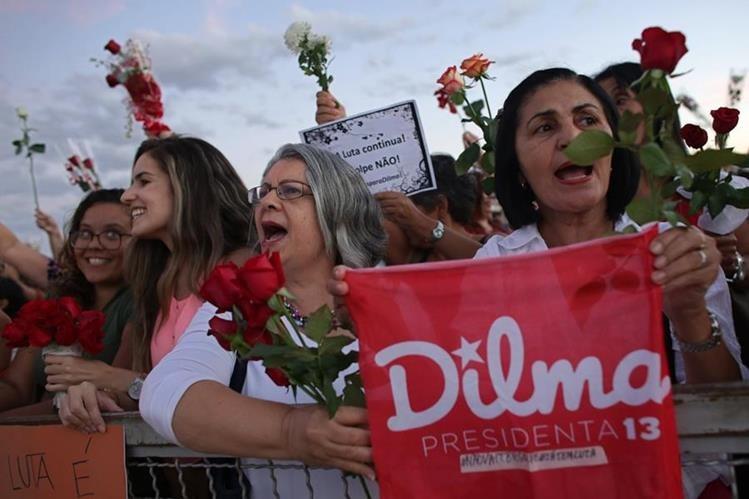 Mujeres se manifiestan en favor de Rousseff. (Foto Prensa Libre: AP)