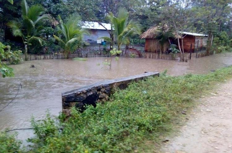 Varios sectores permanecen inundados en la comunidad El Mirador, Sayexché, Petén. (Foto Prensa Libre: Conred).