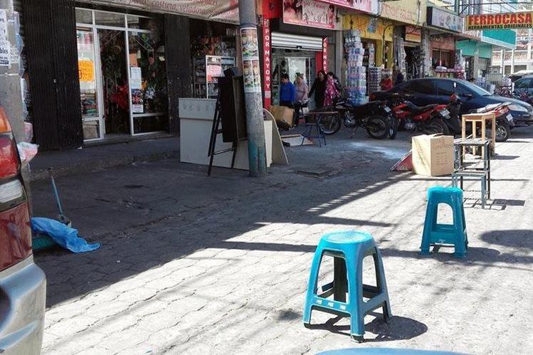 Vecinos de Xela se quejan de los cuidadores de carros que se han adueñado de las calles. (Foto Prensa Libre: Carlos Ventura)