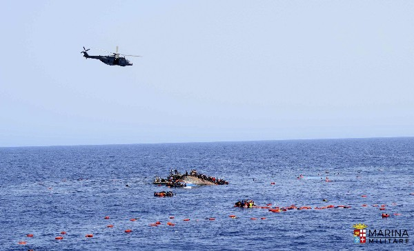 La Marina Militar italiana rescat0 de 500 inmigrantes que habían caído al mar. (EFE).