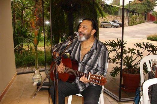 Durante los últimos años, el cantautor Sergio Iván de León se presentó en distintos escenarios, nunca dejó de cantar. (Foto Prensa Libre: Facebook)