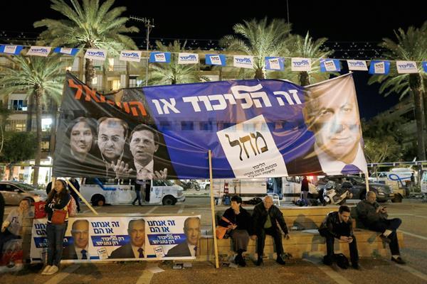 .Los israelíes participan en un mitin derechista en la Plaza Rabin,  (Foto Prensa Libre: EFE)