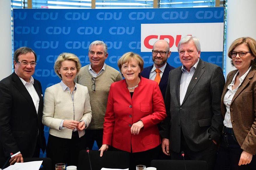 Merk es acompañada por otros miembros de su partido CDU. (AFP)