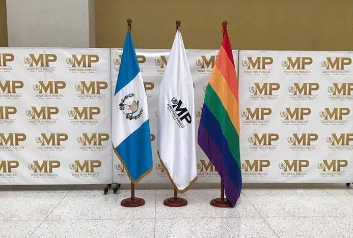 Bandera gay colocada en la sede del Ministerio Público. (Foto Prensa Libre: @GayGuatemala).