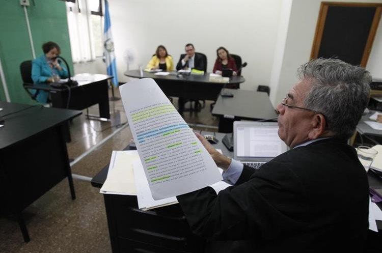 Juez Miguel Ángel Gálvez presenta sus argumentos de defensa por la denuncia en su contra. (Foto Prensa Libre: Paulo Raquec)
