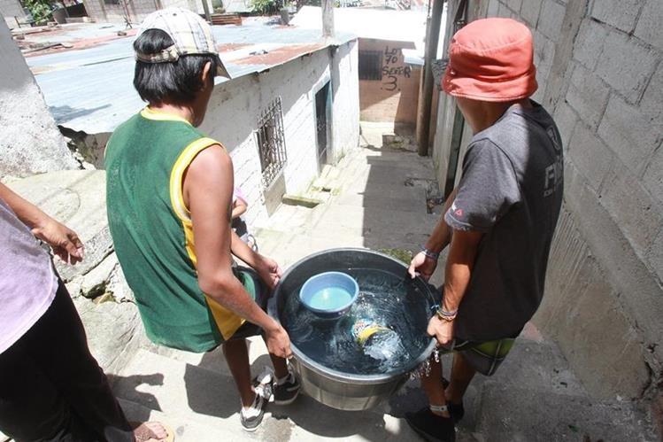 La escasez de agua en algunas comunidades origina que los pobladores paguen a camiones de empresas privadas. (Foto Prensa Libre: Hemeroteca PL)