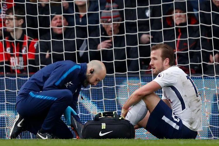 Harry Kane recibió asistencia médica luego de la lesión que sufrió durante el juego del Tottenham en la Premier League. (Foto Prensa Libre: AFP)