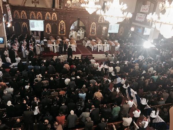 Servicio fúnebre para las víctimas del atentado en la iglesia de la Virgen María, en el Cairo, Egipto. (AP).