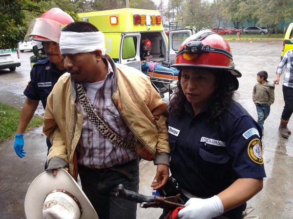Bomberos Municipales ingresan a uno de los heridos a la emergencia del Hospital Roosevelt. (Foto Prensa Libre: CBM)