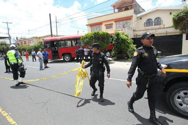Agentes de la PNC resguarda escena de ataque de autobús de la ruta 7, en la zona 2. (Foto Prensa Libre: Erick Ávila)
