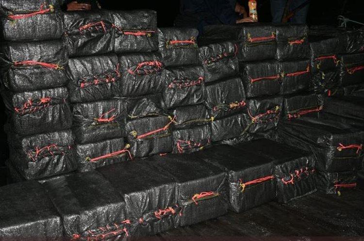 Estos son los paquetes hallados y que podrían tener algún tipo de ilícito. (Foto Prensa Libre: Ejército de Guatemala)