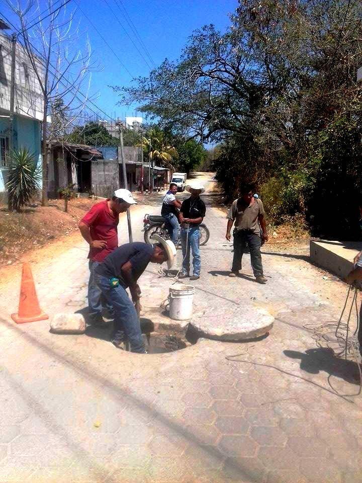 Trabajadores municipales limpian los drenajes en la zona 7 de Chiquimula (Foto Prensa Libre: Mario Morales)