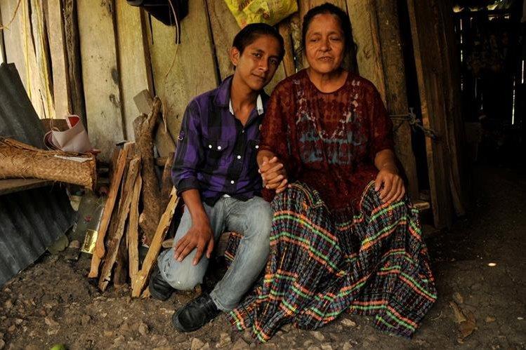 Jaime Noriega acompaña a su mamá, doña Rosa, quienes residen en Sayaxché, Petén. (Foto Prensa Libre: Rigoberto Escobar)