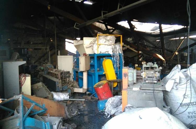 Los socorristas indicaron que el foco de las llamas se encontraba donde tenían almacenado material plástico de reciclaje.
