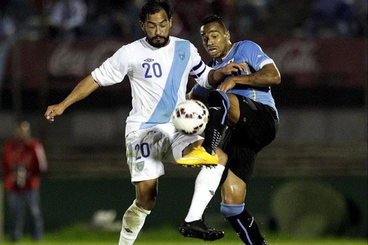 Carlos Ruiz y Álvaro Pereira durante un partido amistoso disputado entre Guatemala y Uruguay en 2016. (Foto Prensa Libre: Hemeroteca PL)