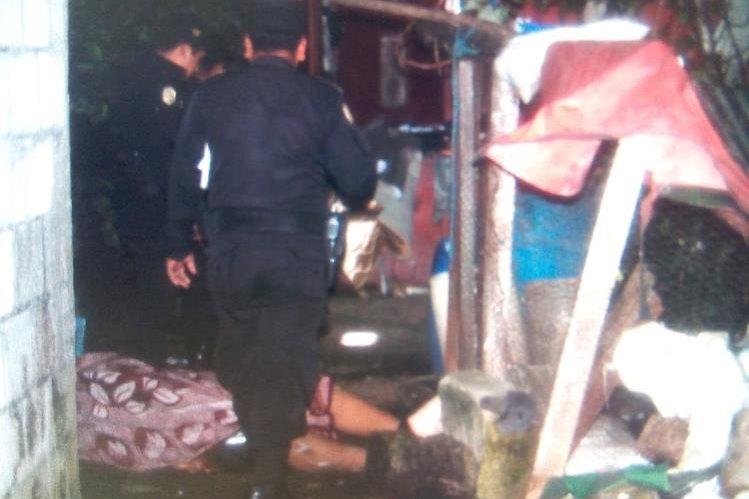 Rescatistas llegaron al lugar del crimen pero la víctima ya había muerto. (Foto Prensa Libre: Víctor Chamalé)