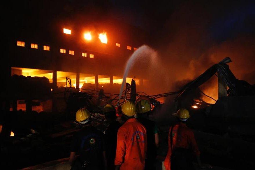 Bomberos tratan de apagar incendio en Bangladés. (AP)