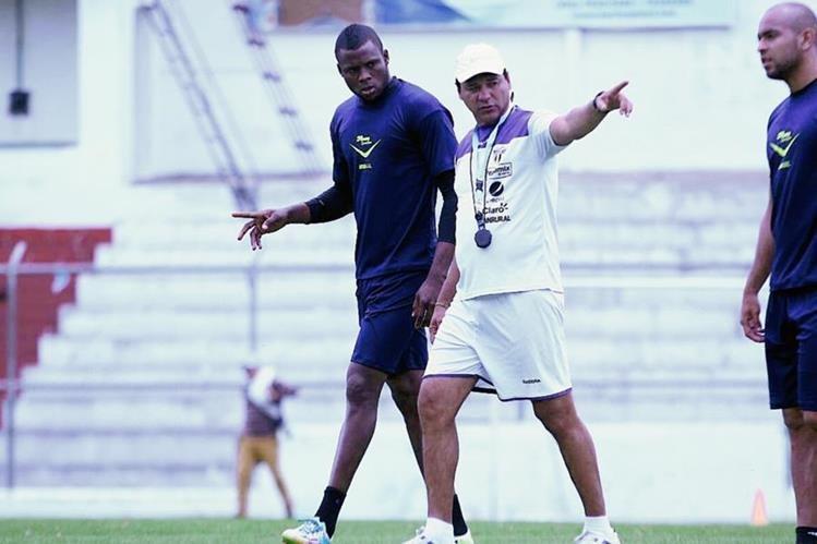 Yustin Arboleda, junto al técnico Mauricio Tapia, en el entrenamiento matutino de este miércoles. (Foto Prensa Libre: Cortesía de Damaris Ortiz / Antigua GFC)
