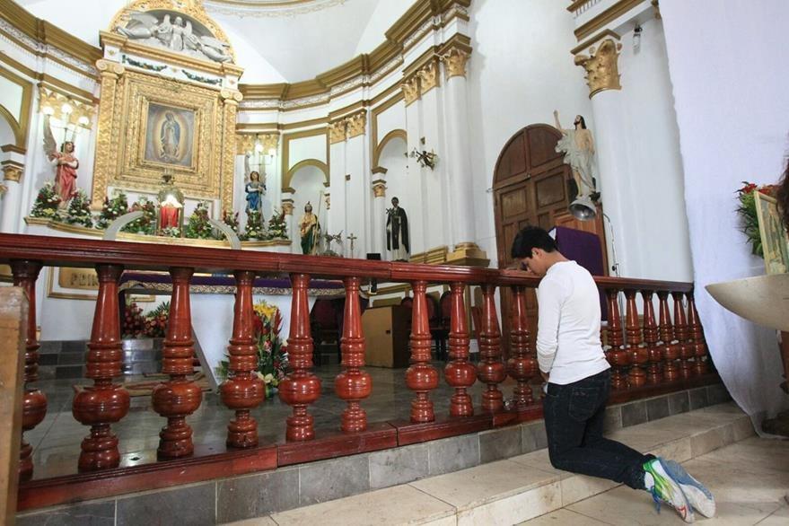 Diego Martínez pide a la virgen de Guadalupe que interceda y facilite la visita de Francisco al país. (Foto Prensa Libre: Esbin García)