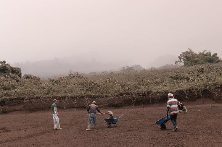 En Panimaché 1 y 2, los vecinos se alarmaron desde las 3.00 horas, cuando comenzó la erupción del Volcán de Fuego. (Foto Prensa Libre: Víctor Chamalé)