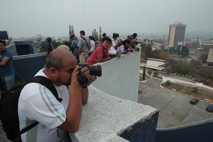 Fotógrafos subieron a la terraza del Teatro Nacional para fotografía el Centro Cívico. (Foto Prensa Libre: Ángel Elías)