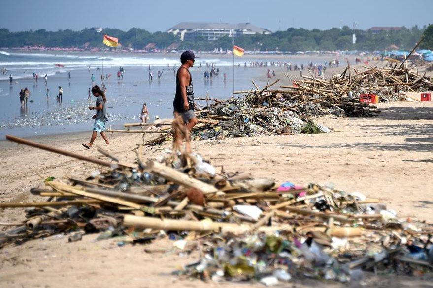 Los visitantes de las playas suelen contaminarlas con desechos plásticos que dañan el ecosistema. (Foto Prensa Libre: AFP).