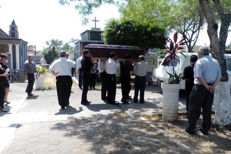 Familiares y amigos acompañan el feretro de Édgar Augusto, hermano de José Efraín Ríos Montt. (Foto Prensa Libre)