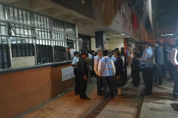 Luego del incidente, el ambiente volvió a la normalidad en las afueras del edificio S2. (Foto Prensa Libre: Érick Ávila).
