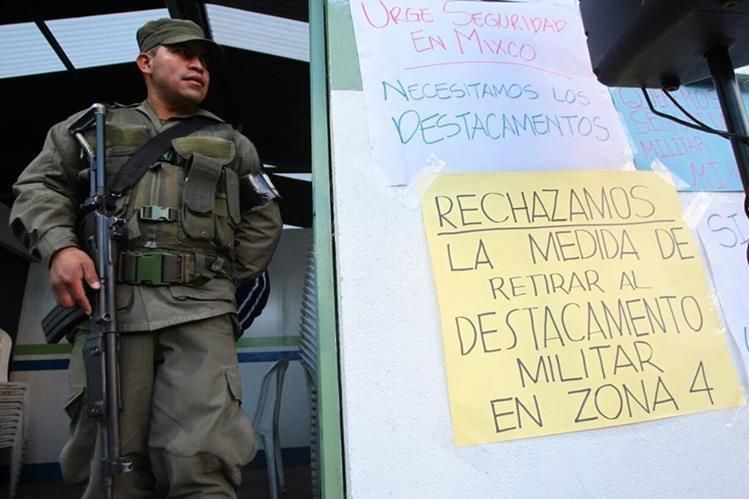 Destacamento militar de Montserrat 2, Mixco, podría ser retirado hoy. Se prevén manifestaciones. (Foto Prensa Libre: Érick Ávila)