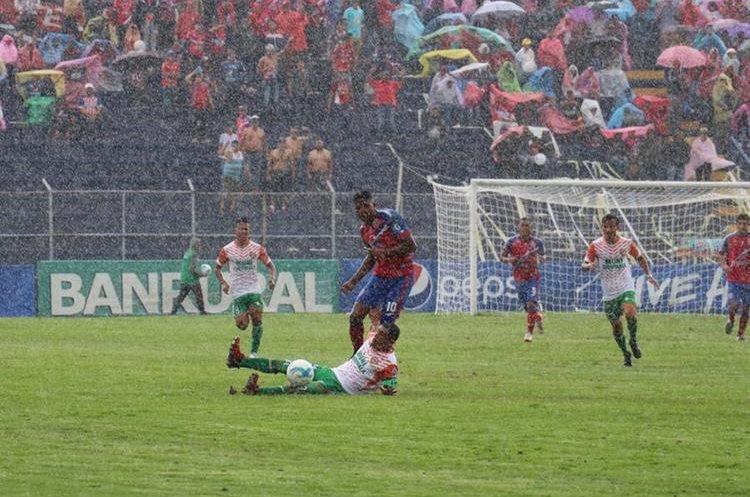 La lluvia no paró durante todo el juego. (Foto Prensa Libre: Raúl Juárez)