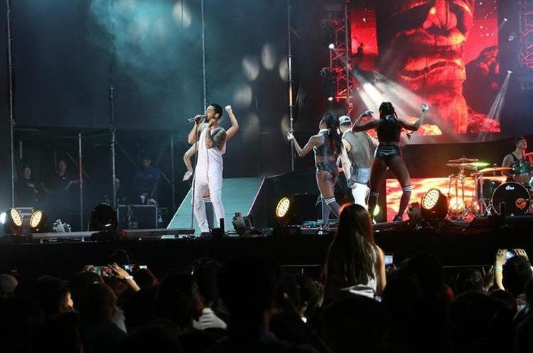 Maluma interactuó con el público que coreó a todo pulmón sus canciones. (Foto Prensa Libre: Carlos Paredes)