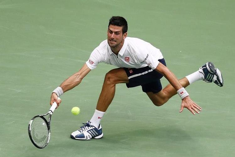 El serbio Novak Djokovic le devuelve un servicio al francés Gael Monfils, en el duelo que terminó ganando el número uno del mundo (Foto Prensa Libre: AFP)